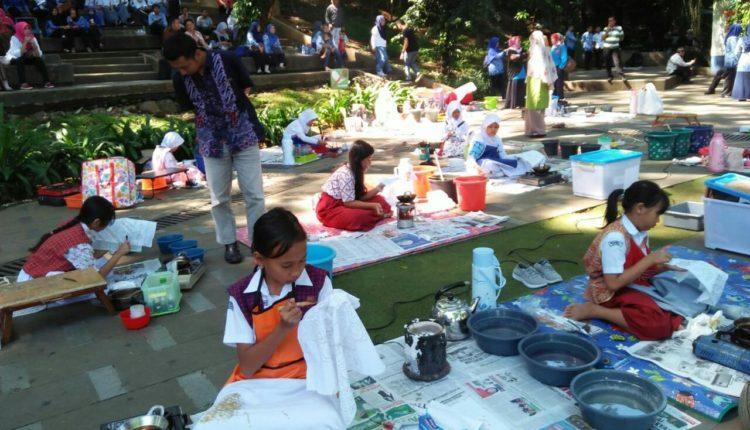 Puluhan Siswa Sekolah Meriahkan Hardiknas dengan Membatik. (FOTO : Andi/Heibogor)